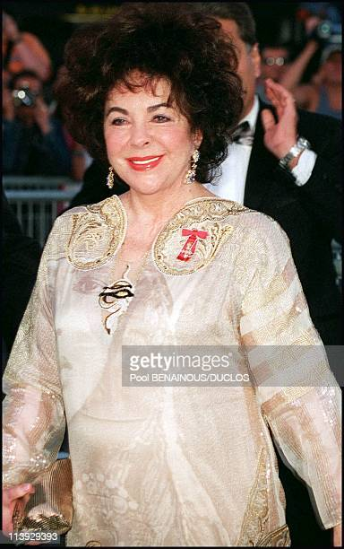 AMFAR charity gala evening the arrival of the guests at the Palm Beach In Cannes France On May 18 2000Elizabeth Taylor