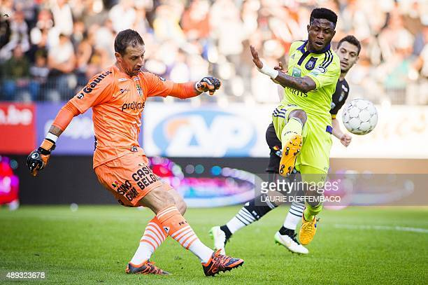 Charleroi's goalkeeper Nicolas Penneteau vies with Anderlecht's Imoh Ezekiel during the Jupiler Pro League match between Sporting Charleroi and RSC...