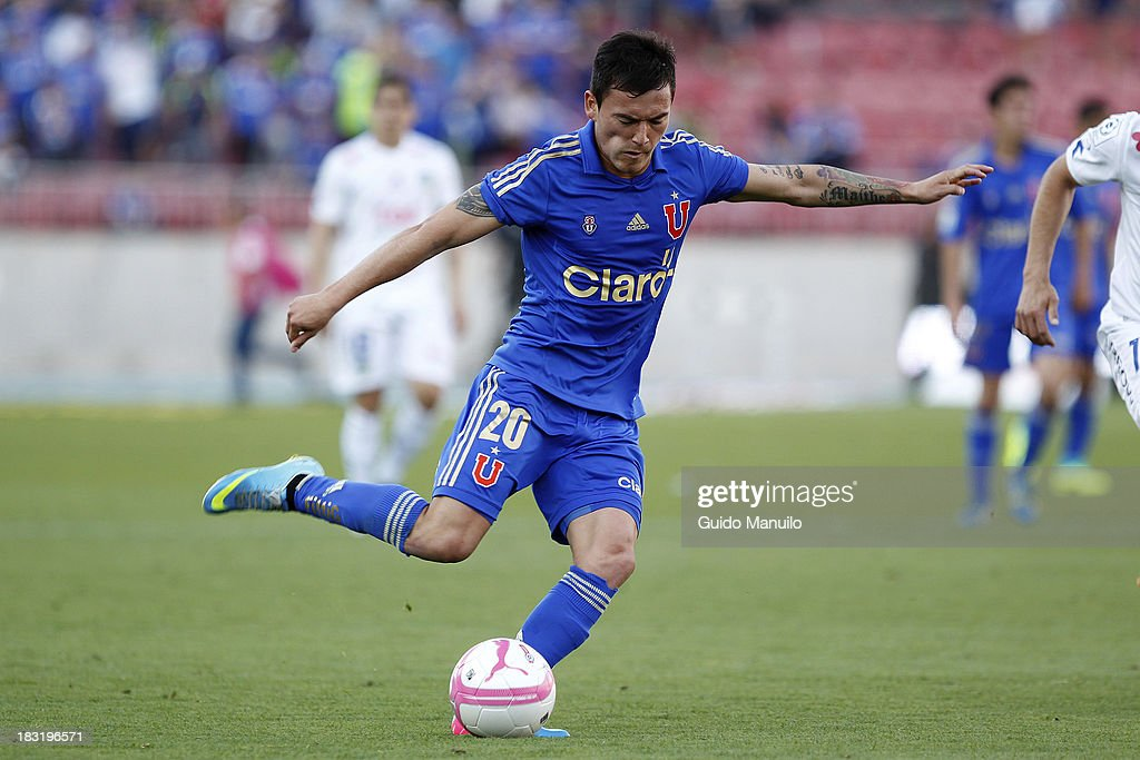 Charles Aranguiz drives the ball during a match between O'Higgins and U de Chile as part of the Torneo Apertura at National Stadium, on October 05, 2013 in Santiago, Chile.
