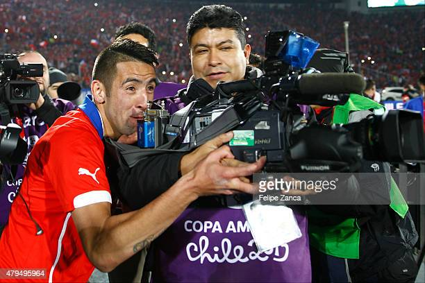 Charles Aranguiz of Chile celebrates after winning the 2015 Copa America Chile Final match between Chile and Argentina at Nacional Stadium on July 04...