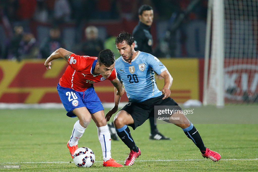 Charles Aranguiz of Chile fights for the ball with <a gi-track='captionPersonalityLinkClicked' href=/galleries/search?phrase=Alvaro+Gonzalez+-+Soccer+Player&family=editorial&specificpeople=2261829 ng-click='$event.stopPropagation()'>Alvaro Gonzalez</a> of Uruguay during the 2015 Copa America Chile quarter final match between Chile and Uruguay at Nacional Stadium on June 24, 2015 in Santiago, Chile.
