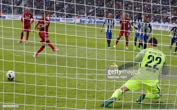Charles Aranguiz of Leverkusen scores the sixt goal after penalty during the Bundesliga match between Hertha BSC and Bayer 04 Leverkusen at...