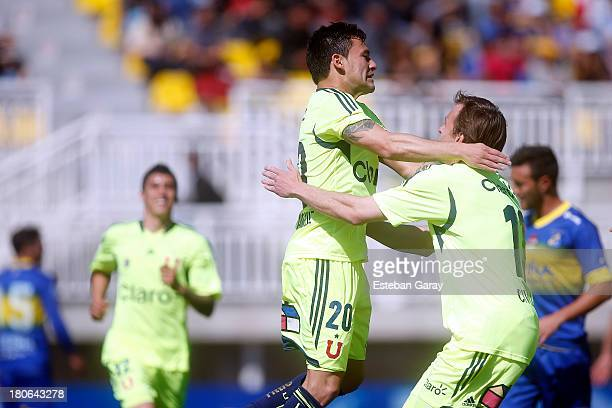 Charles Aránguiz of Universidad de Chile celebrates after scoring during a match between Everton and Universidad de Chile as part of the Torneo...
