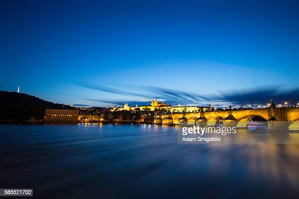 Pont Charles à Prague dans la nuit