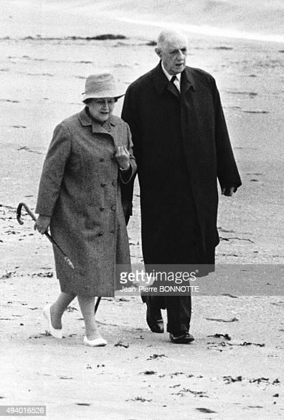 Charles de Gaulle se promenant avec son épouse Yvonne en Irlande en 1969 après sa démission du poste de président de la République Française