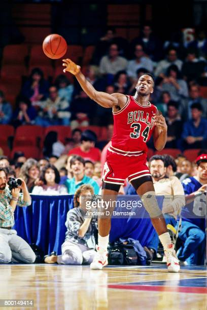 Charles Oakley of the Chicago Bulls passes the ball against the Los Angeles Clippers during a game played circa 1988 at LA Sports Arena in Los...