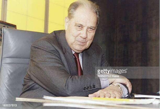 Charles Pasqua Attitude de Charles PASQUA assis à son bureau