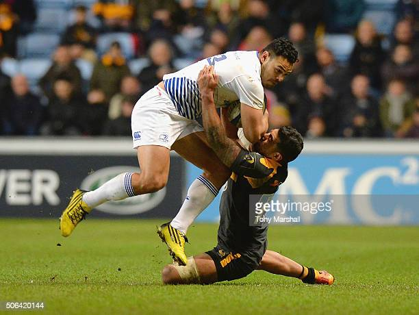 Charles Piutau of Wasps tackles Ben Te'o of Leinster Rugby during the European Rugby Champions Cup match between Wasps and Leinster Rugby at Ricoh...