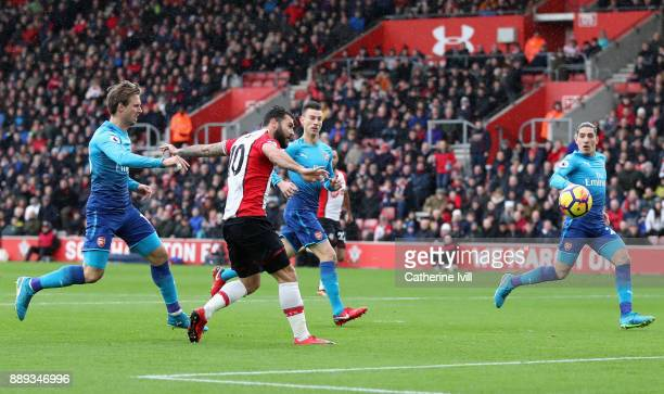 Charlie Austin of Southampton scores the first Southampton goal during the Premier League match between Southampton and Arsenal at St Mary's Stadium...