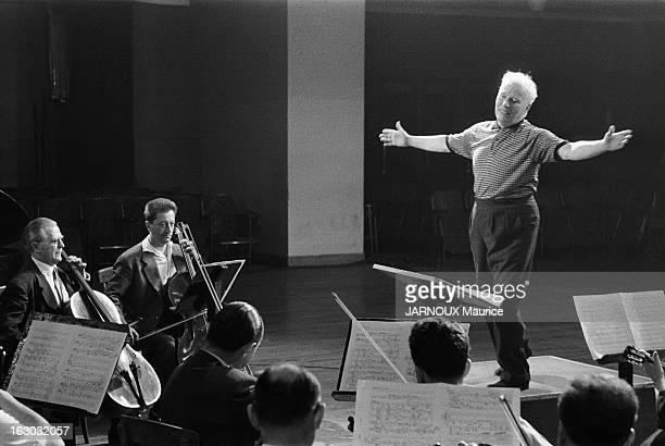 Charlie Chaplin Conductor Charlie CHAPLIN s'est fait chef d'orchestre pour diriger la musique de son film 'Un roi à New York' qu'il a composée luimême