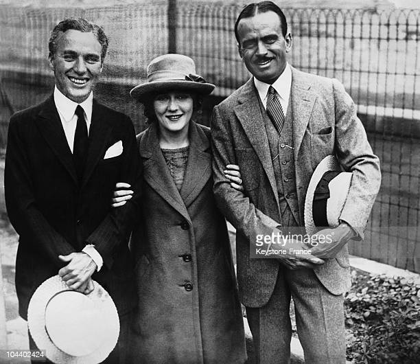 Charlie CHAPLIN posing with Douglas FAIRBANKS and Mary PICKFORD two stars of American silent films in the 1910s Charlie CHAPLIN founded the film...