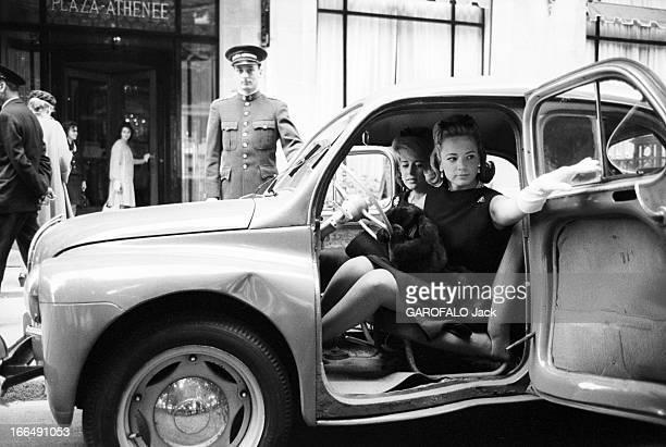 Charlotte And Anne Ford Paris 17 Juillet 1962 A la sortie d'un palace de l'avenue Montaigne les petites filles d'Henry FORD industriel et fondateur...