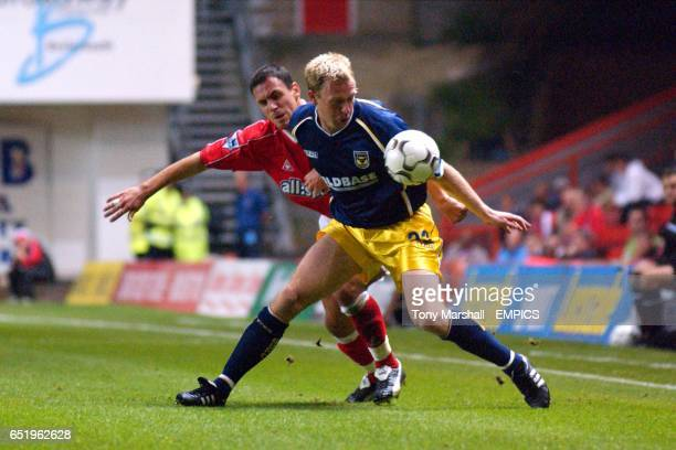Charlton Athletic's Radostan Kishishev and Oxford United's David Oldfield