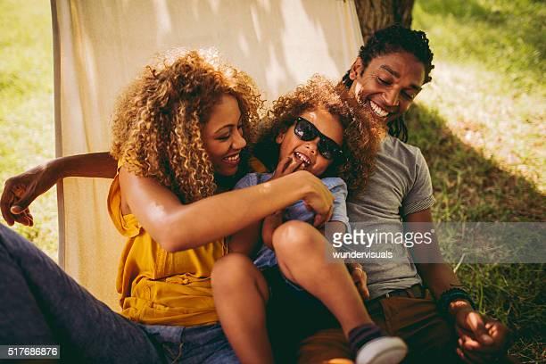 Adorable mère afro-américaine et père titille leur adorab