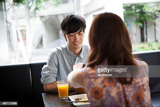 魅力的なアジアの男性と女性のレストランで