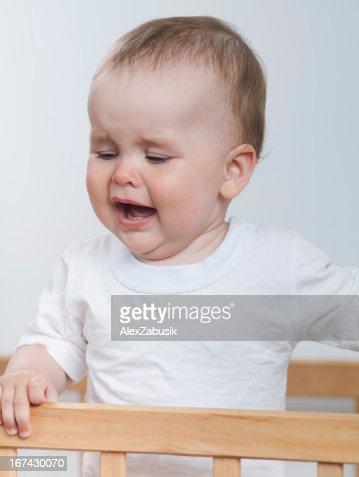 Adorável bebê está a chorar : Foto de stock