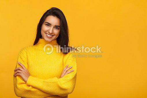 Charmante femme sur fond jaune : Photo