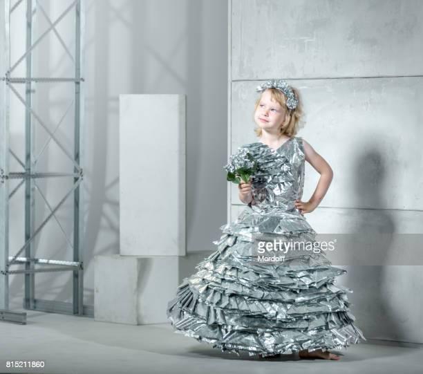 Charmante kleine Prinzessin In Folie Kleid