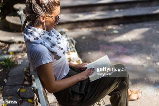 Charmante junge Frau, ein Buch zu lesen