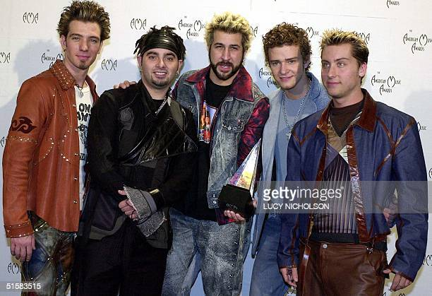JC Chasez Chris Kirkpatrick Joey Fatone Justin Timberlake Lance Bass of the group 'N Sync pose with their award for Internet Artist of the Year at...