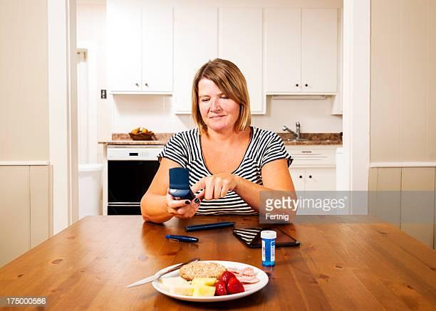 Comprobación de azúcar en la sangre, los niveles de glucosa en la cocina