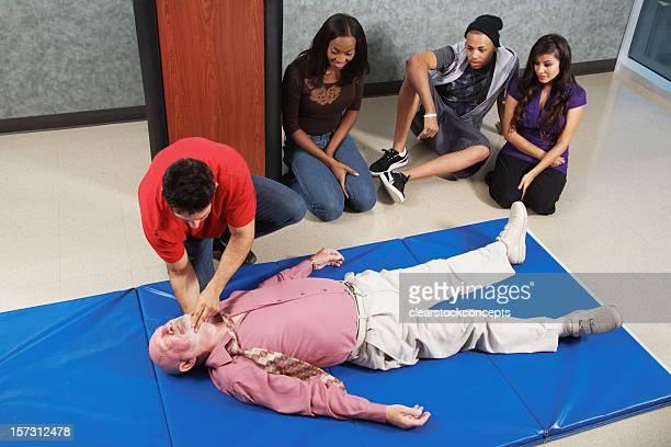 CPR vérifiant pour rythme