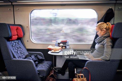 Verificar los medios sociales para pasar el tiempo de viaje