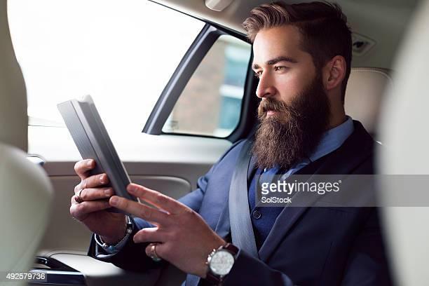 Controlla le e-mail, sulla strada per una riunione