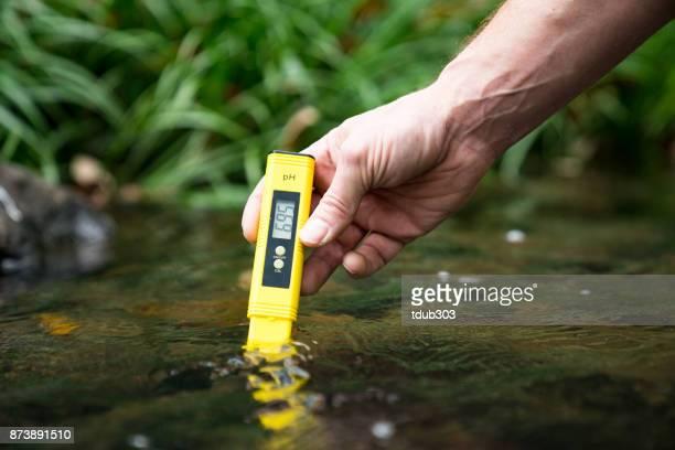 Controle van de kwaliteit van het water met een pH-meter