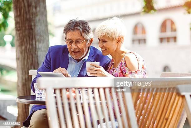 Fröhlich Erwachsene Paar im Café digital tablet