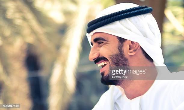 Joyeux homme arabe dans un parc
