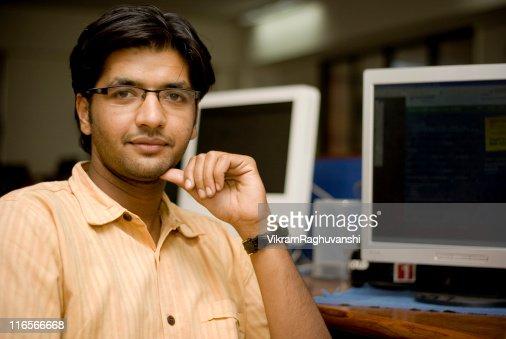 陽気なアジアのインド人男性にオフィスで働く従業員