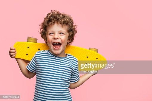 Muchacho alegre con longboard amarillo : Foto de stock