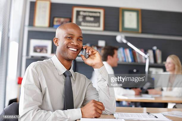 Fröhlich business Mann auf seinem Telefon