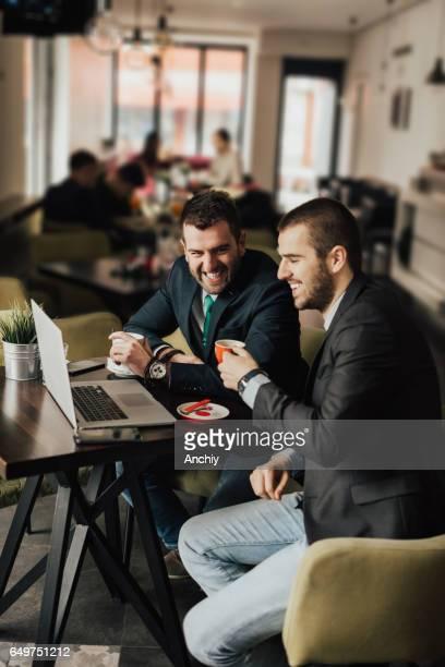 コーヒー ブレークに朗らかビジネスマン