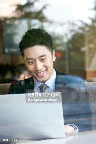 陽気なビジネスマンノートパソコンを使うのカフェ : ストックフォト