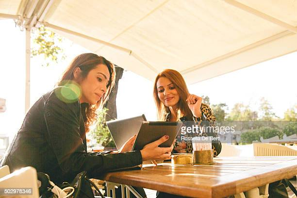 Allegro Businesswomen durante una riunione In un café