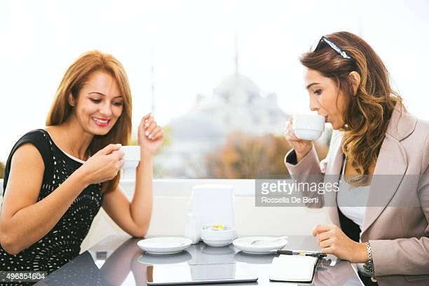 Allegro Businesswomen lavorando al Café