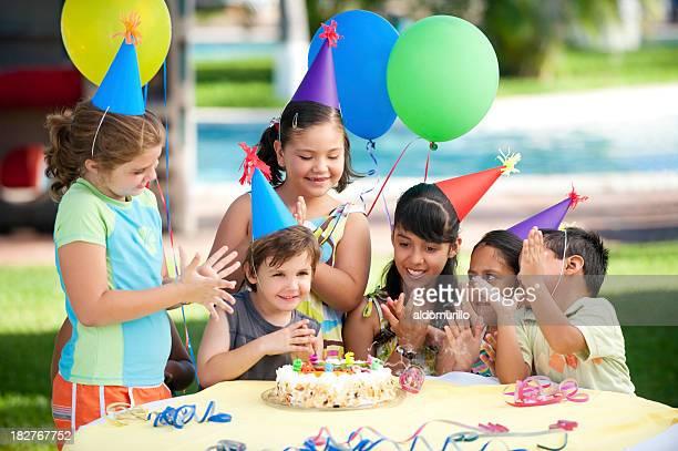 Fröhliche Kinder genießen Sie die Geburtstag-Partei