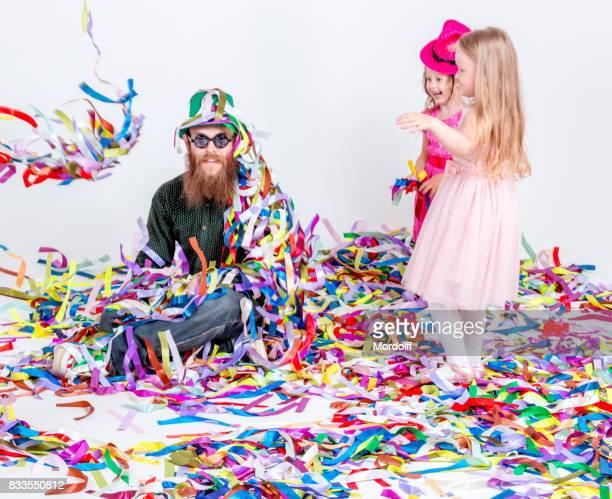 Fröhliche Kinder, die Spaß an der Weihnachtsfeier