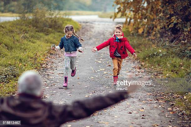 "Joyeux enfants courir dans leur grandpa "" câlin."