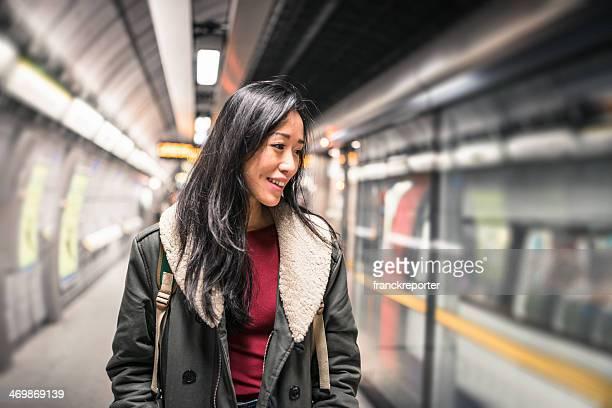 Alegre chino Mujer sonriendo en el interior del tubo