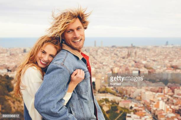 Couple gai embrassant contre cityscape