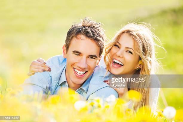 Fröhlich Ehepaar in der Natur genießen.