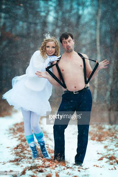 Joyeux couple amour autour de vous et de vous amuser dans la neige