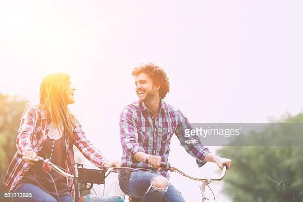 Joyeux Couple équitation vélos ensemble.