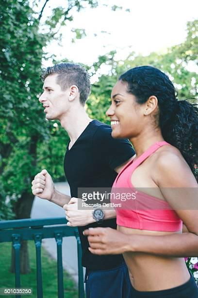 Joyeux Couple courir en extérieur à l'aube
