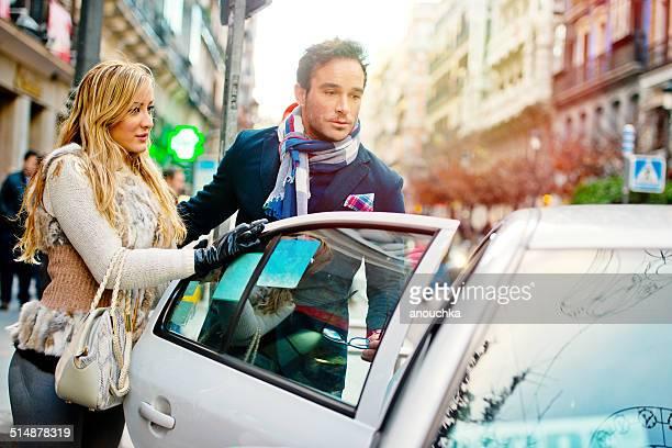 Alegre par de interrumpir un taxi en Madrid