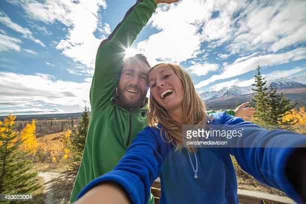 Fröhliche paar nehmen selfie in der Natur im Herbst