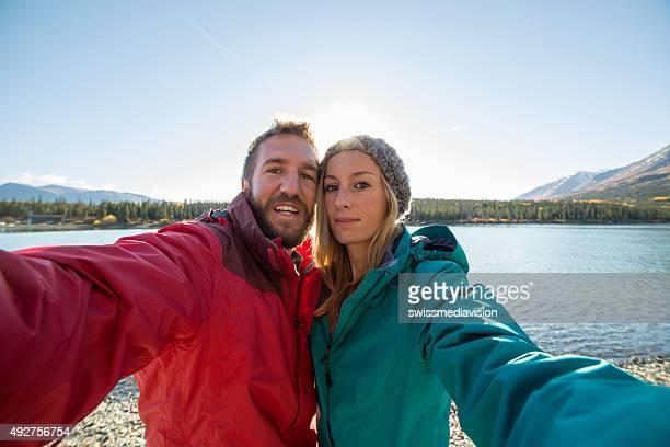 Fröhliche paar Reisen in Kanada ist selfie-Porträt in der Nähe von See.